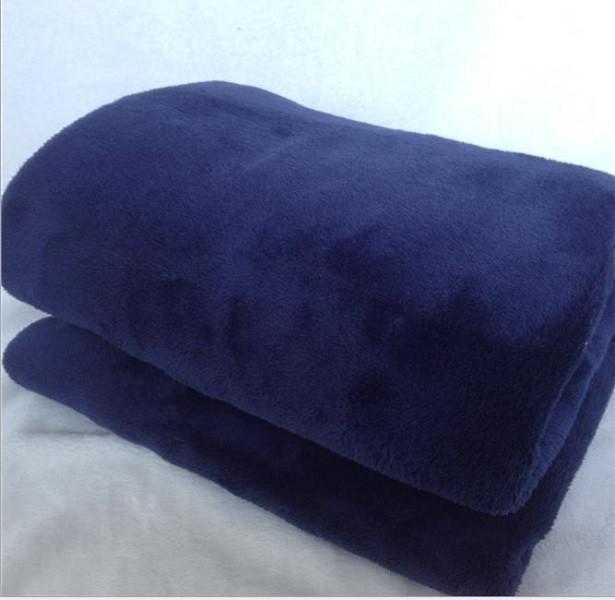 我們是髮菜絨毯 是珊瑚絨的升級版(但也別拿專櫃跟我們相比) 剪裁時免不了 會沾上少許浮毛 這不是掉毛喔~~~~清洗過後浮毛就會掉囉 我們將去掉多餘包裝用最低價格回饋給客人 如果您不是要拿來跟床單搭色或