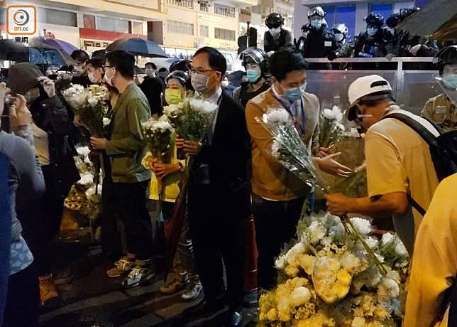 議員接收市民的鮮花。(朱先儒攝)