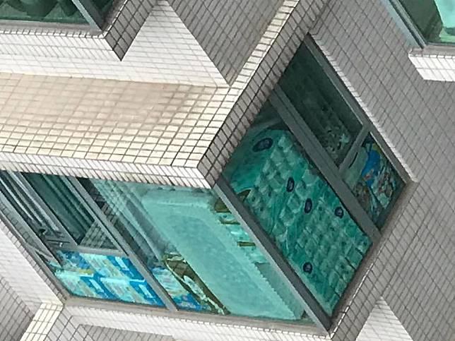 有網民影到有屋苑窗台叠滿廁紙。FB圖
