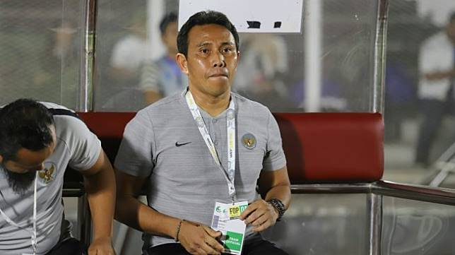 Pelatih Timnas Indonesia U-16 Bima Sakti saat pertandingan melawan Timnas Filipina pada Kualifikasi Piala AFC U-16 2020 di Stadion Madya, Jakarta, Senin (16/9). Timnas Indonesia U-16 menang dengan skor 0-4. [Suara.com/Arya Manggala]