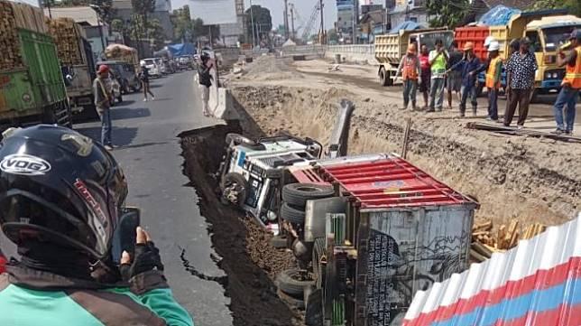 Mobil Jeep dan Truk Terperosok di Proyek Underpass Kentungan, Yogyakarta. (Istimewa)