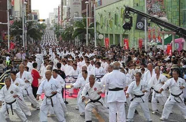 今年10月27日(星期日)於那霸市國際通有2,000多名空手道好手上演紀念演武祭,在沖繩旅遊的朋友不妨去欣賞。(互聯網)