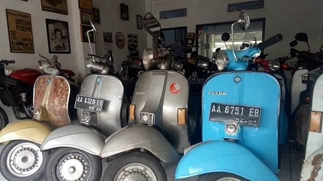 Deretan Vespa seken lawas yang dijajakan di sebuah showroom motor bekas di Yogyakarta.