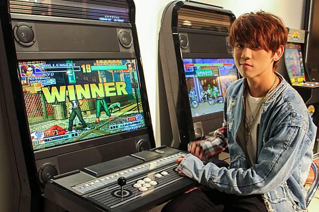 姜濤用懷舊街機打《拳王》。