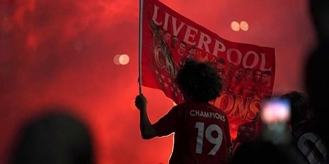 Fans Liverpool rayakan kesuksesan tim kesayangannya jadi juara liga untuk yang ke-19 kali. (c) AP Photo
