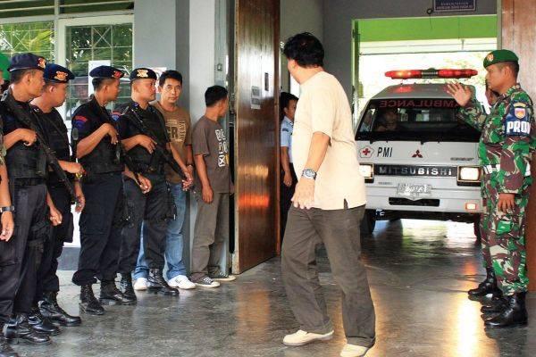Personel Brimob dan TNI bersiaga saat ambulans membawa para korban setelah terjadi penyerbuan oleh oknum bersenjata lengkap di LP 2B Cebonga
