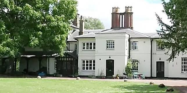 Hasil gambar untuk Rumah Pangeran Harry dan Istrinya Dipasang Pagar Ke-3