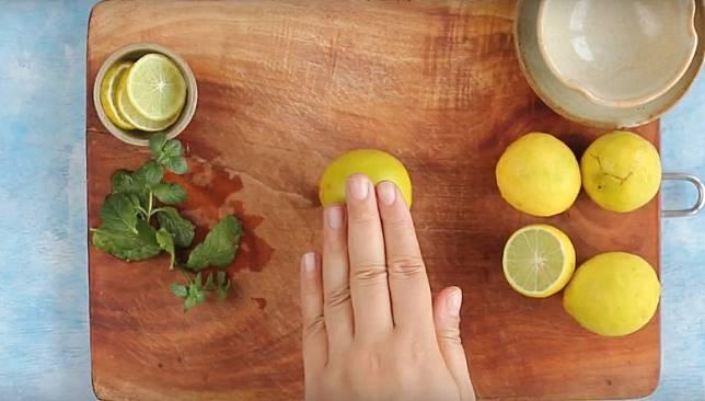 榨檸檬汁前先碌幾碌,容易唧出汁液。(互聯網)