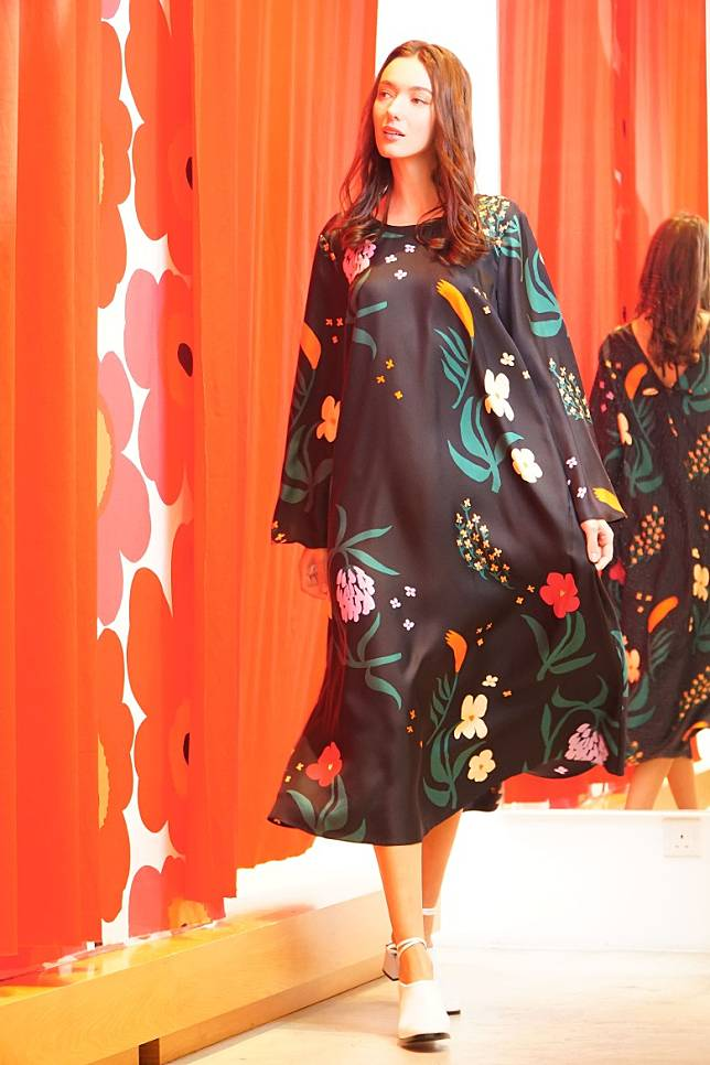 Marimekko Herbaario Jyly黑色花卉圖案絲質長裙(莫文俊攝)
