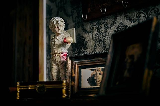 懷舊凶宅的牆上掛着的旗袍,以及舊式唱片機,讓人有一種懸疑又不寒而慄的感覺,加上現場傳來陣陣檀香,令恐怖氣氛昇華。(互聯網)