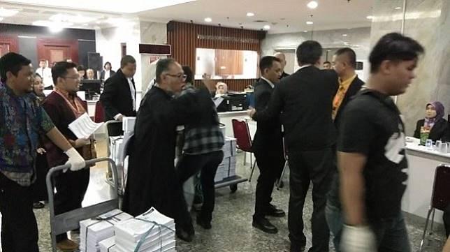 Detik-detik Bambang Widjojanto mengusir salah seorang yang disebutnya tim hukum KPU di Mahkamah Konstitusi, Rabu (19/6/2019). (Suara.com/Ria Rizki)