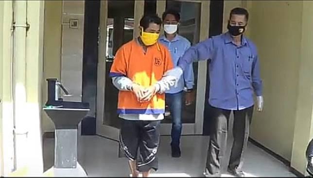 Pelaku pencabulan anak digelandang ke Polresta Banyuwangi, Selasa (14/7/2020). (Foto: iNews.id/Eris Utomo)
