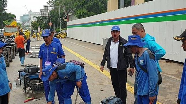 Kepala Dinas Bina Marga DKI Hari Nugroho (jaket hitam) meninjau kawasan Cikini yang sempat tergenang air. (Suara.com/Fakhri).