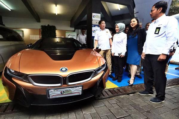 BMW dan Pertamina meluncurkan proyek percontohan Green Energy Station (GES) di SPBU Kuningan Pertamina dengan stasiun pengisian energi untuk kendaraan listrik, Senin (10/12/2018). /BMW