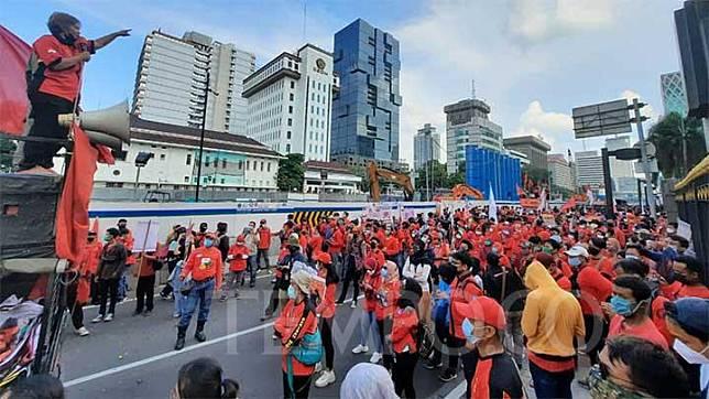Juru bicara Gerakan Buruh Bersama Rakyat (GEBRAK), Nining Elitos, menyampaikan orasi dari atas mobil komando dalam rangka May Day 20201 di Jalan M.H Thamrin, Jakarta Pusat, Sabtu, 1 Mei 2020. TEMPO/M Yusuf Manurung