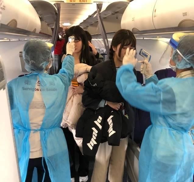 澳門防疫人員航班檢測體溫及查問病徵。澳門新聞局圖片