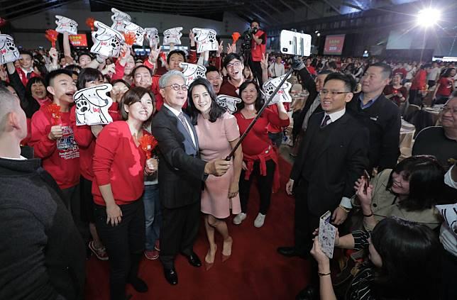 ▲台新金1月12日舉辦旺年會,董事長吳東亮攜夫人彭雪芬進場時,受到員工夾道歡迎,更開心與員工玩起自拍。(圖/台新金提供)