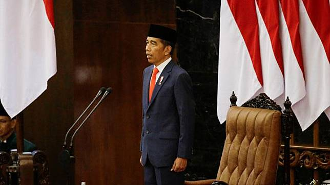 Indonesian President Joko Widodo stands as he listens to the national anthem after taking an oath during his presidential inauguration for the second term, at the House of Representatives building in Jakarta, October 20, 2019. Achmad Ibrahim/Pool via REUTERS