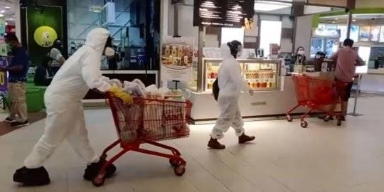 Warga Belanja di Supermarket Pakai Baju Hazmat. ©2020 Istimewa