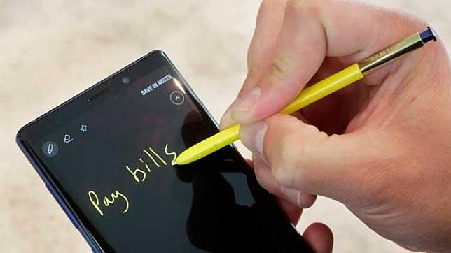 Seorang pengunjung mencoba menulis di Samsung Galaxy Note 9 saat peluncurannya di New York, 7 Agustus 2018. Samsung Note 9 memiliki RAM 8 GB dan dua pilihan memori, yakni 128 GB dan 512 GB. AP