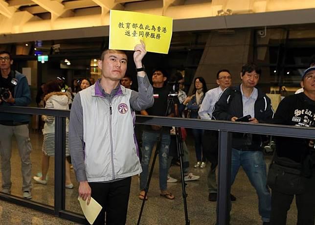 台教育部派員在機場迎接。(中時電子報圖片)
