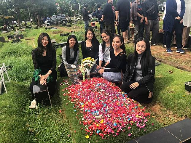 JKT48 saat melayat ke makam Jiro Inao.