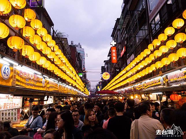 晚上亮了燈的廟口夜市,人頭湧湧。