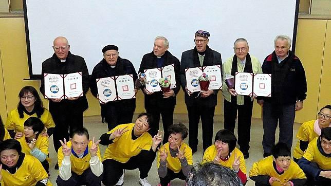 奉獻多年神父的數年前拿到台灣身分證,非常開心。(圖/翻攝聖母醫院FB)