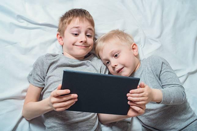 Ajarkan Anak Hindari Challenge Viral yang Membahayakan