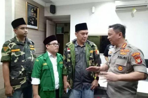 Kapolres Jaksel Kombes Bastoni Purnama (kanan) bersama pengurus Pemuda Ansor pascapelaporan kasus persekusi terhadap anggota Banser NU.