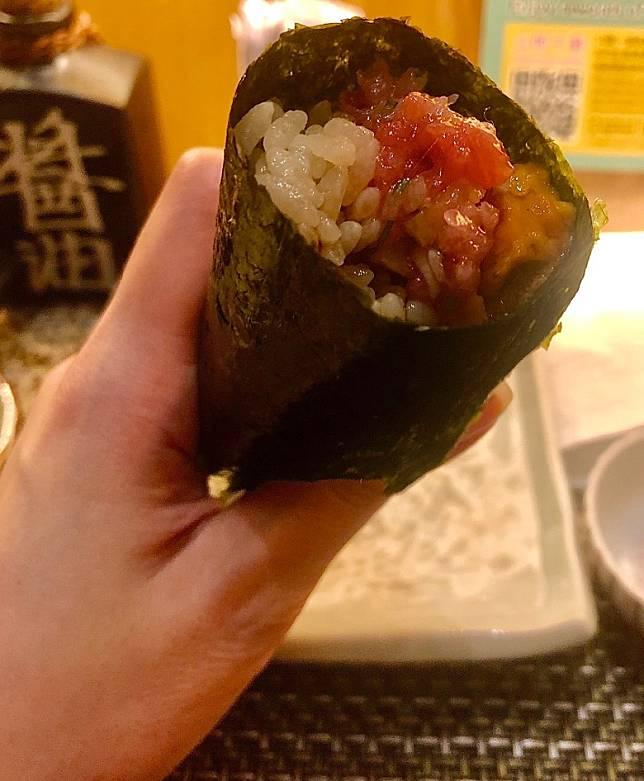 手捲紫菜脆身,入面是手剁吞拿魚腩蓉綴以醃蘿蔔,香氣濃厚,口感豐富,飽滿而滋味。(作者提供)