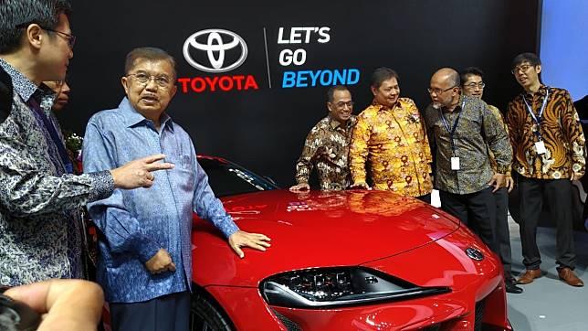 Jusuf Kalla menyambangi Toyota Supra dan bertanya soal harga kepada Henry Tanoto, Vice President DirectorPT Toyota Astra Motor (TAM)