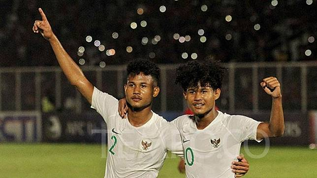 Selebrasi pemain Timnas U-19 Indonesia, Amiruddin Bagas Arrizqi (kiri) bersama kembarannya Amiruddin Bagus Alfikri dalam pertandingan Kualifikasi Piala Asia U-19 2020 melawan Hong Kong U-19 di Stadion Madya, Senayan, Jakarta, Jumat, 8 November 2019. Indonesia menang dengan skor 4-0. TEMPO/Hilman Fathurrahman W