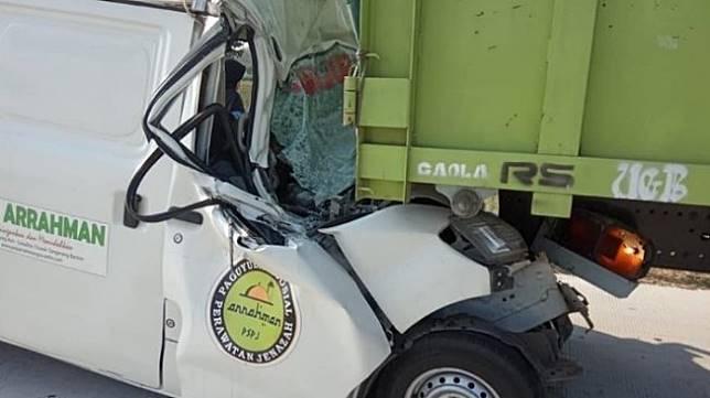 Ambulans Bawa Jenazah Lakalantas Tabrak Bokong Truk di Tol Brebes. (Facebook/Adhiet)