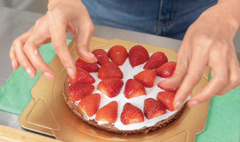 對吃很大方的陳小菁,在蛋糕中層鋪上滿滿的切片草莓。(圖/林勝發攝)