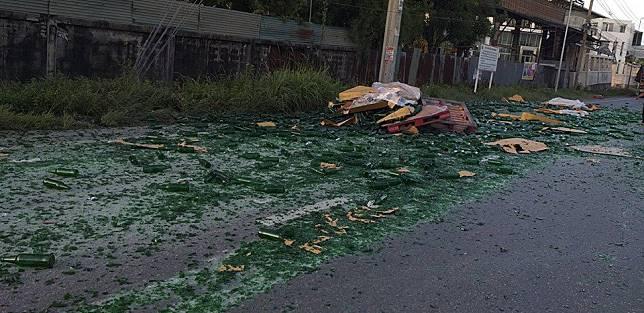 ซอยวัดศรีวารีน้อย ก่อนออก ถนนเทพรัตน (บางนา-ตราด) ประมาณ 500 เมตร  รถทำขวดแตกกระจาย