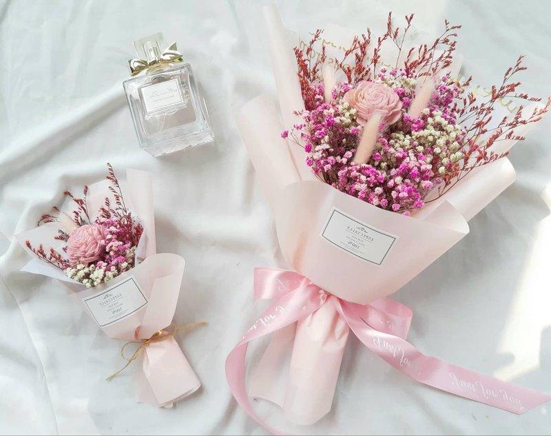 │商品資訊│ 商品名稱:太陽玫瑰花束 花材內容:太陽玫瑰,滿天星,兔尾草等 大花束尺寸:長約38cm 展開寬度約26cm 附贈透明花束提袋