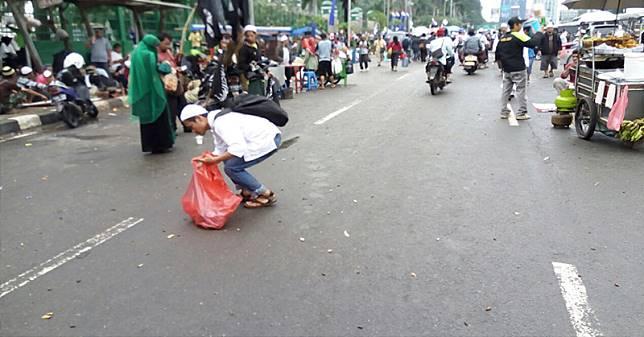 TOP NEWS (7): Keren Nih, Peserta Aksi 212 Bersih-Bersih Sampah Sebelum Bubar