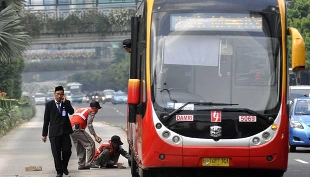 Bus baru Transjakarta Zhong Tong mengalami mogok di koridor 1, Jakarta, (19/3). Bus Transjakarta ini baru beberapa bulan dioperasikan di jakarta sebagai penambahan armada bus yang dialokasikan oleh Pemprov DKI Jakarta. Tempo/Tony Hartawan