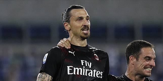 Penyerang AC Milan, Zlatan Ibrahimovic, merayakan golnya ke gawang Lazio dalam laga lanjutan Serie A yang digelar pada Minggu (5/7/2020) dini hari. (c) AP Photo