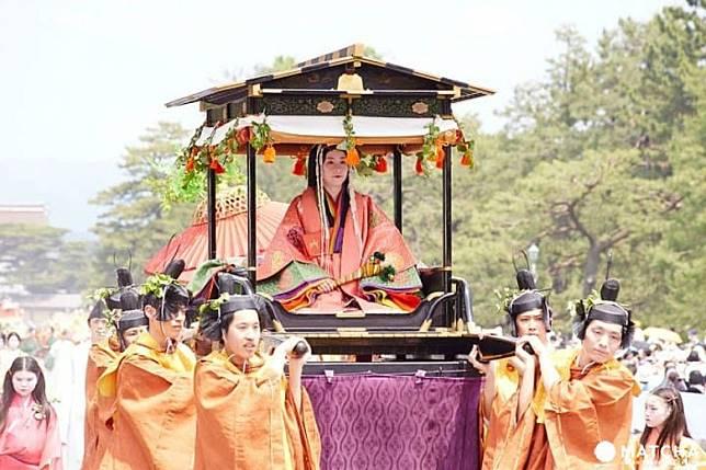 轎上扮演的是「齋王代」,她是平安時代負責奉祀伊勢神宮、賀茂神社的未婚皇族女性。(互聯網)