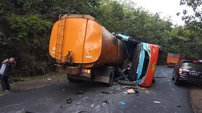 Kecelakaan maut bus Rosalia Indah dan truk tangki di Lampung