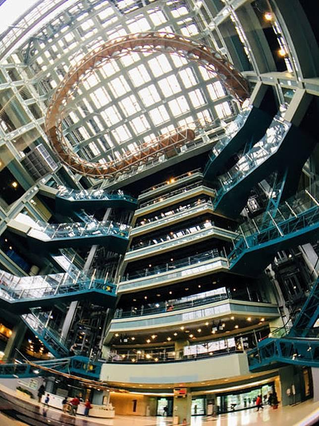 走入館內地下大廳,抬頭一望即見到它橫空架在9樓上。(互聯網)