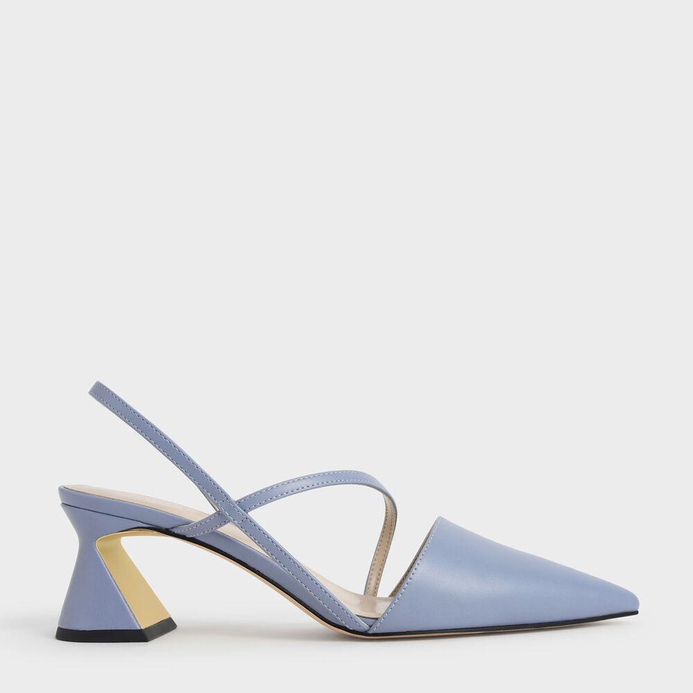 迷霧藍的粉嫩讓整體形象更加亮麗有精神,利用側交叉線條打造看似不經意的隨興設計,但卻悄悄地延伸雙腿視覺修長度。乾淨的鞋面設計配上不平凡的三角造型鞋跟,淋漓盡致地發揮幾何藝術的平衡美感。