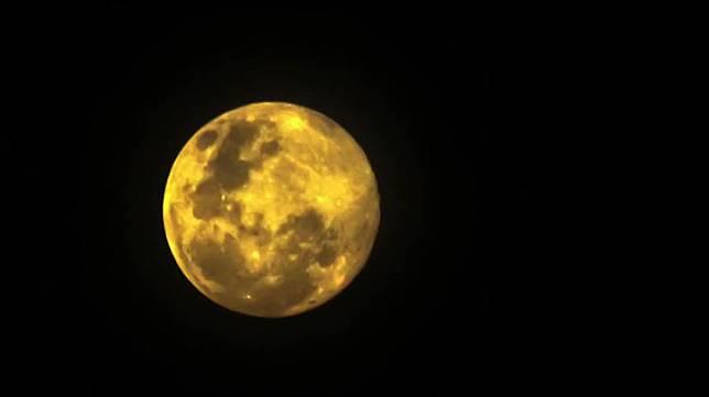 Fenomena Bulan Supermoon menghiasi langit Kota Lhokseumawe, Aceh, Rabu, 8 April 2020 dini hari. Sekitar 9 jam setelah bulan berada di perigee disusul bulan purnama Pink Moon, Egg Moon, dan Grass Moon di negara-negara empat musim. ANTARA/Rahmad