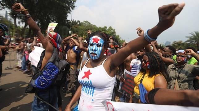 Sejumlah pemuda dan mahasiswa asal Papua yang tergabung dalam Aliansi Mahasiswa Anti Rasisme, Kapitalisme, Kolonialisme dan Militerisme melakukan aksi di depan Istana Merdeka,Jakarta, Kamis (22/8). [Suara.com/Arya Manggala]