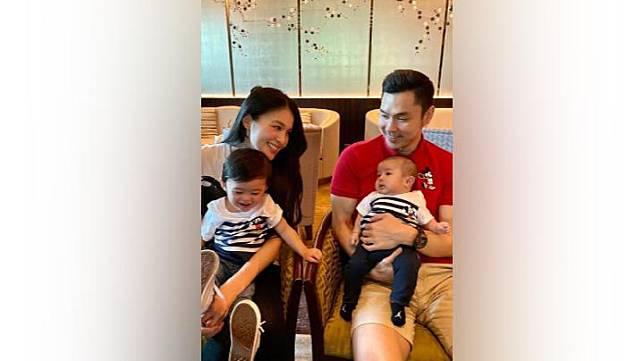 Sandra Dewi bersama suami Harvey Moeis beserta kedua putranya, Raphael Moeis dan  Mikhail Moeis. Instagram.com/@sandradewi88