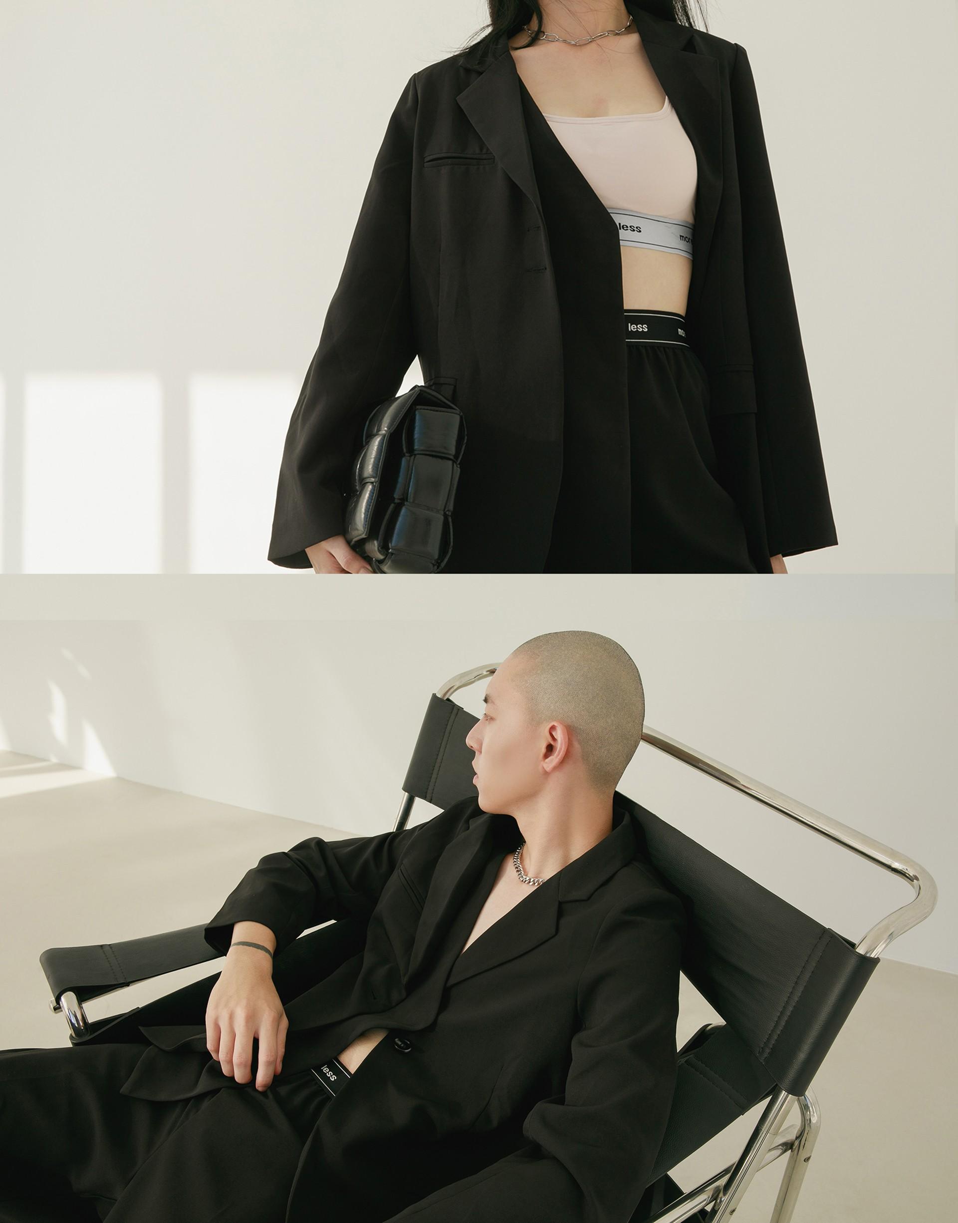 質感挺度布料/前面內部不對稱單層造型/左胸內袋設計/兩側有口袋/薄墊肩修飾肩型/後下擺開岔設計