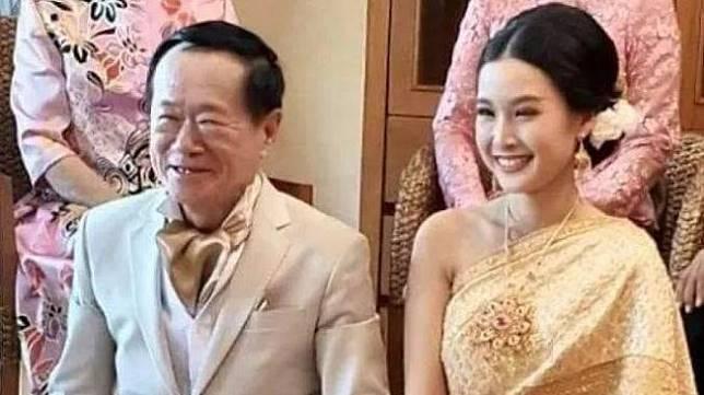 Pasangan pengantin beda usia 50 tahun. (Facebook/teambigkren)