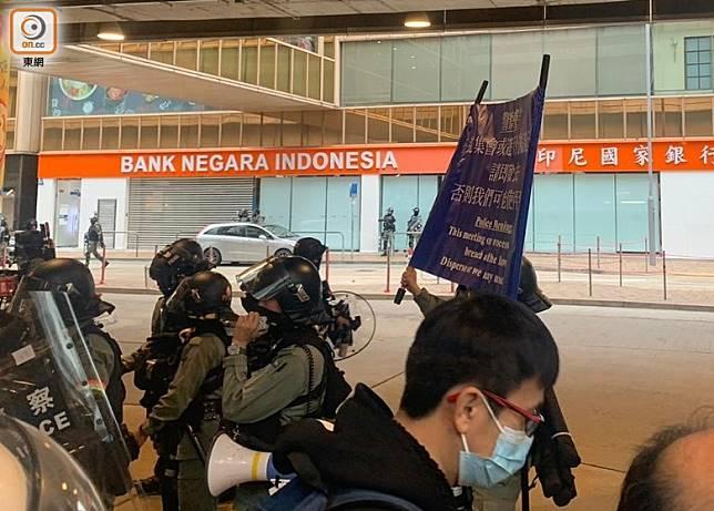 警方於金鐘廊一帶出示藍旗。(高詩敏攝)
